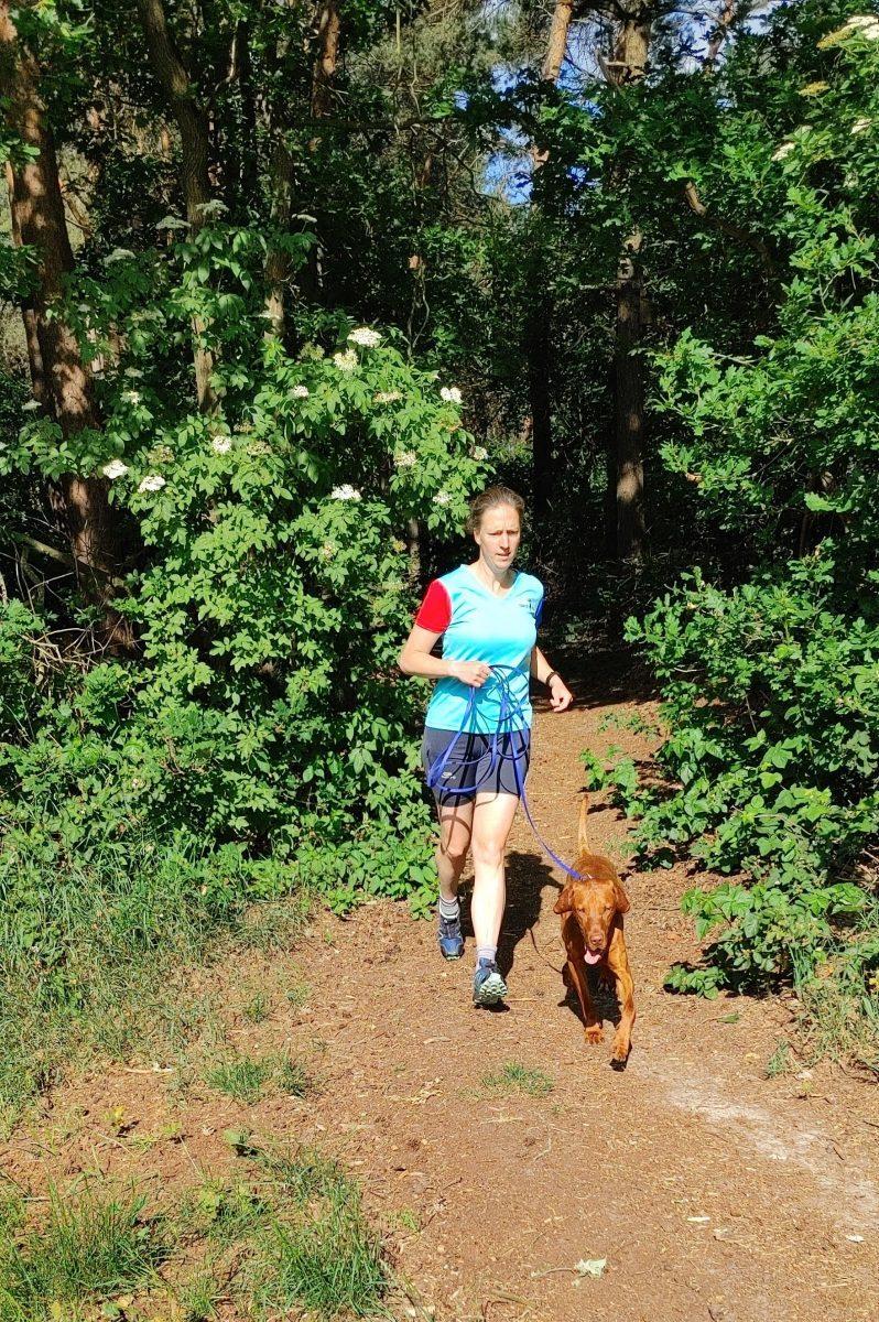 Judith hardlopend met haar hond