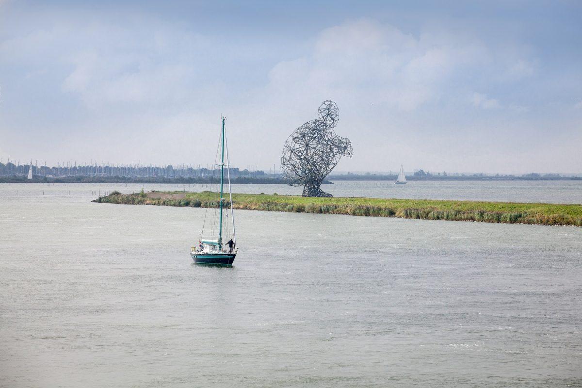 LandArtExposure-van-opzij-Lelystad- zeilbootjes-bron- VisitFlevoland